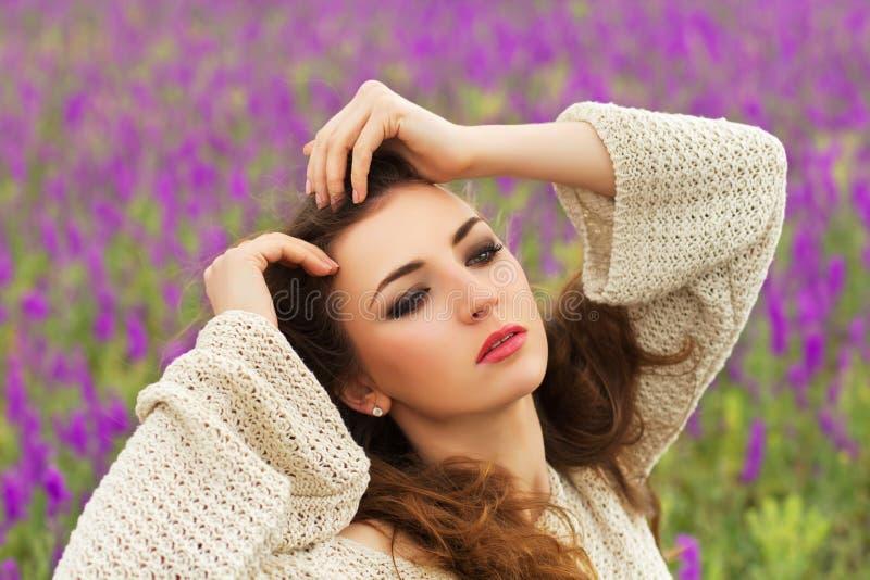 Download Castana abbastanza giovane immagine stock. Immagine di femmina - 30828833