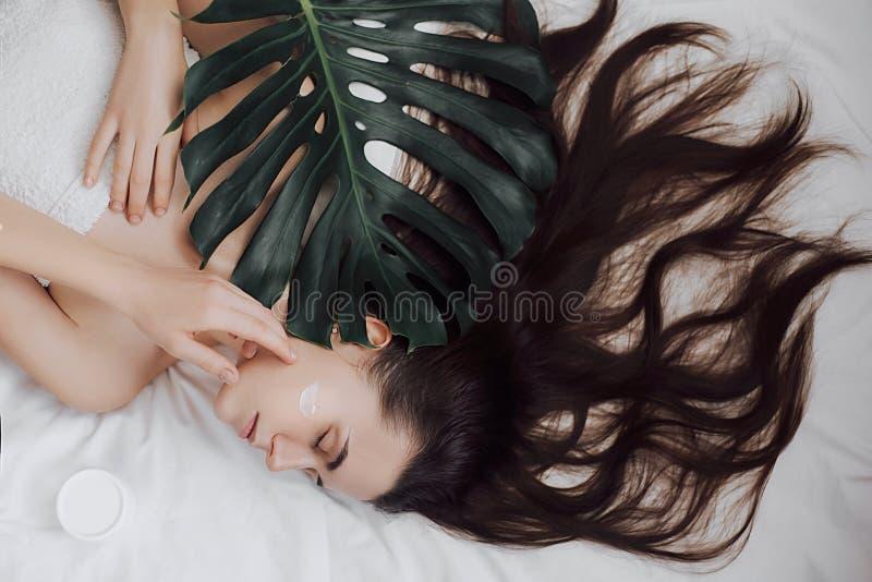 Castana adorabile con l'aspetto attraente La stazione termale di cura di pelle si rilassa il concetto fotografia stock