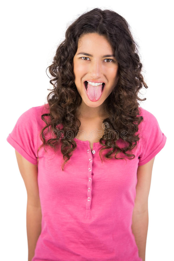 Castana dai capelli lunghi disgustato attaccando la sua lingua fuori immagine stock