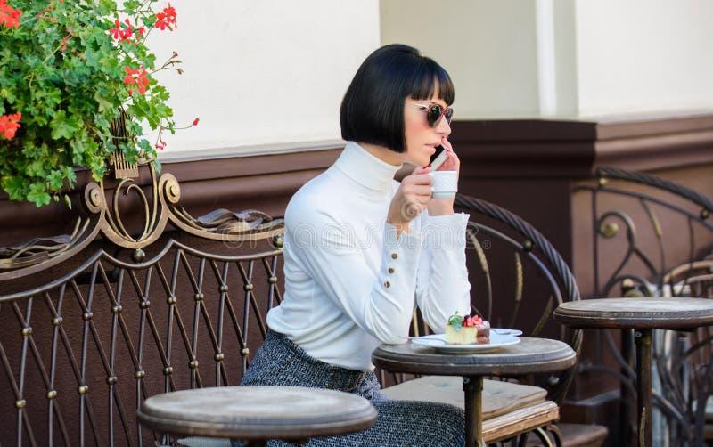 Castana elegante attraente della donna spende il fondo del terrazzo del caffè di svago Tempo e svago piacevoli Rilassi e caffè fotografia stock libera da diritti