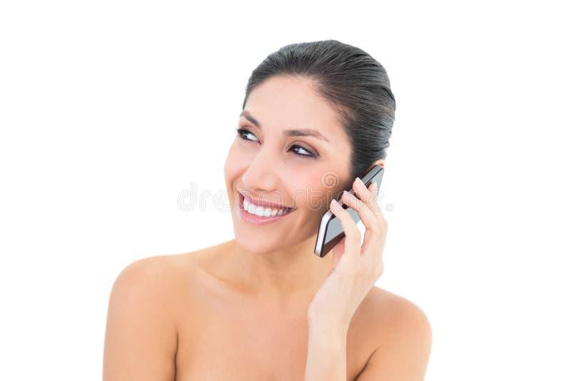 Castana felice facendo una chiamata sullo smartphone fotografia stock libera da diritti