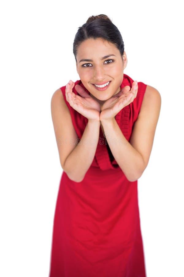 Castana misterioso sorpreso nella posa rossa del vestito fotografia stock libera da diritti