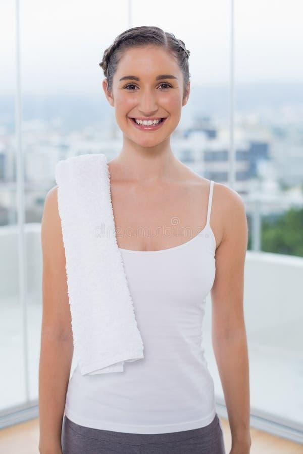 Castana sportivo felice con l'asciugamano bianco sulla spalla fotografia stock