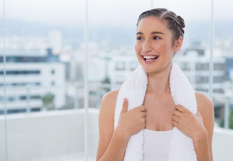 Castana sportivo felice con l'asciugamano bianco sulle spalle fotografia stock