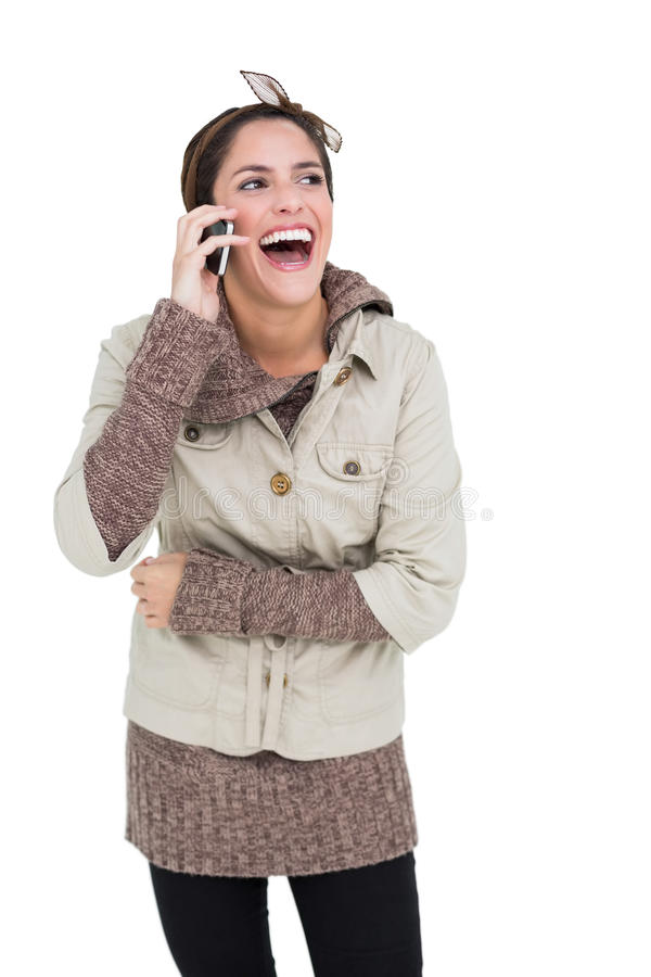 Castana sveglio di risata nella telefonata di modo di inverno immagine stock