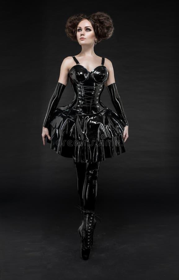 Castana in vestito dal lattice del feticcio immagini stock