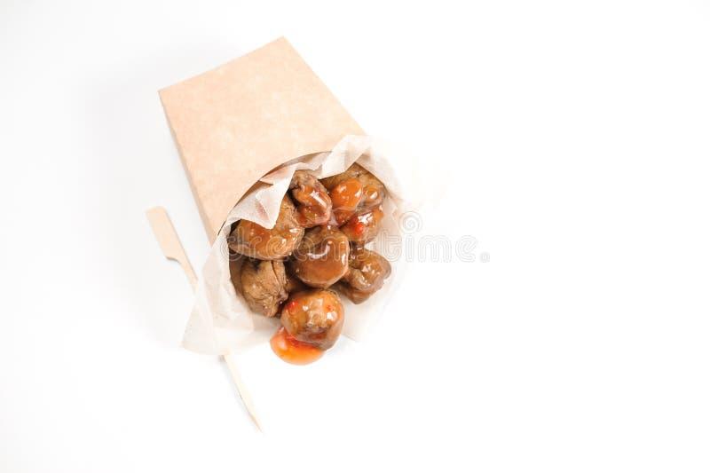 Castanhas saborosos com molho saboroso no fundo branco imagens de stock royalty free