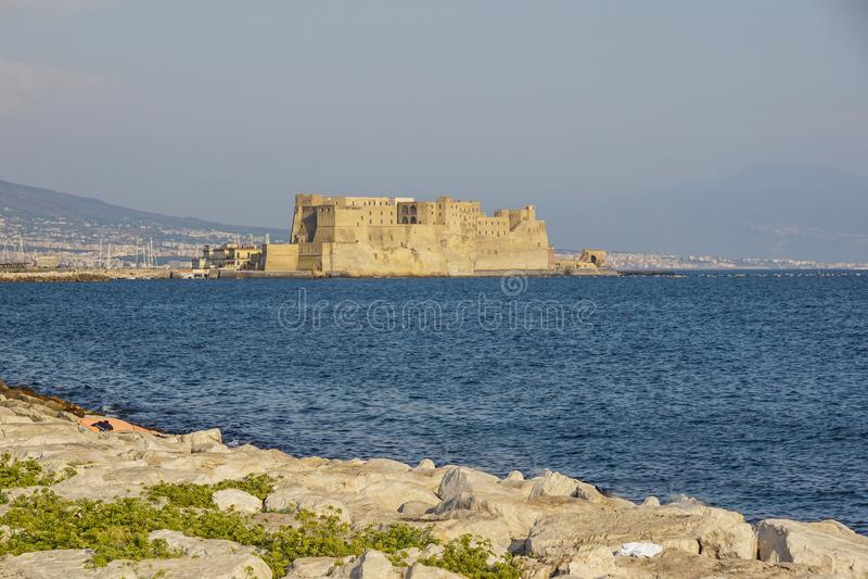 Castel小山谷`蛋堡垒的Ovo意大利语在那不勒斯港口在意大利,有那不勒斯海湾的  免版税库存图片