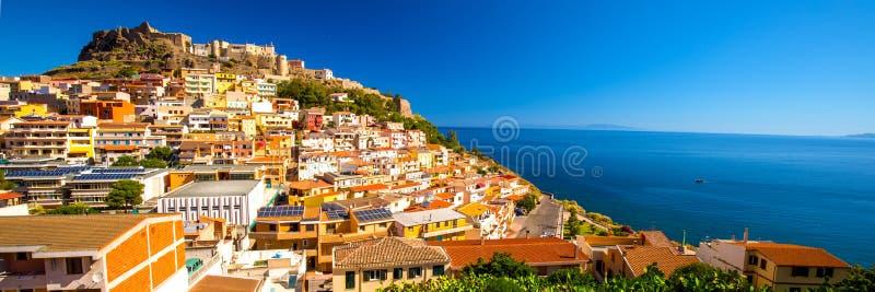 Castel και ζωηρόχρωμα σπίτια στην πόλη Castelsardo, Σαρδηνία, Ιταλία στοκ φωτογραφία με δικαίωμα ελεύθερης χρήσης