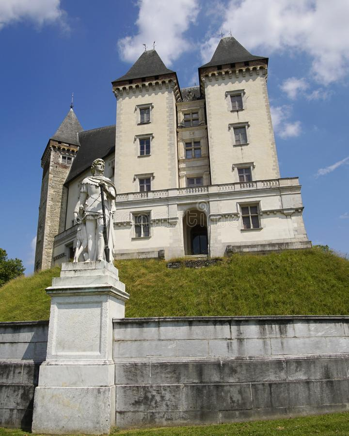 Castel av konungen Henry 4 i Pau, Frankrike och staty av Gaston Febus arkivfoton
