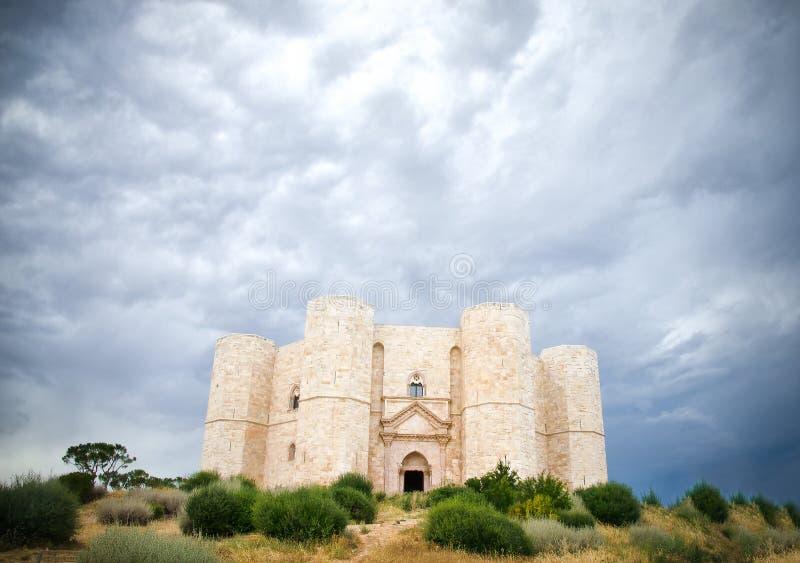 Castel del Monte, Andria, Apulia - fortifique o céu nebuloso dramático imagens de stock