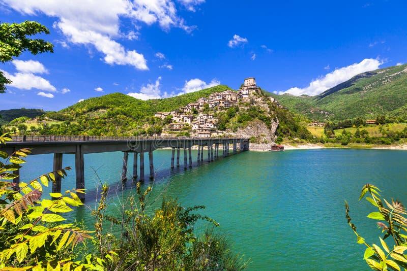 Castel di Tora - sjö Turano, Italien royaltyfri fotografi
