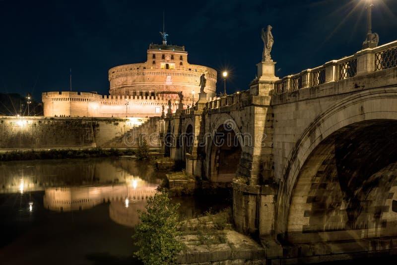 Castel e Ponte Sant 'Angelo na noite, Roma, Itália imagem de stock
