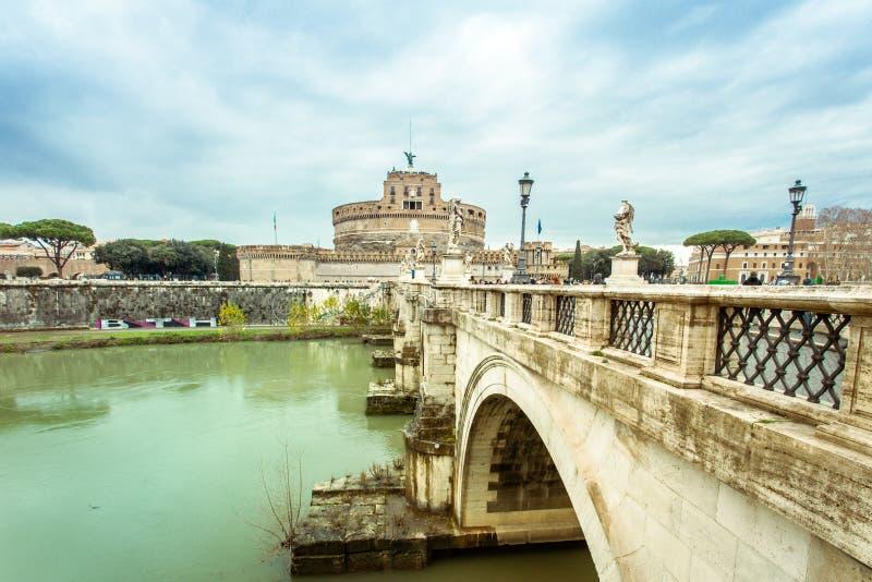 Castel en Ponte Sant Angelo over de rivier Tiber in Rome Italië stock fotografie