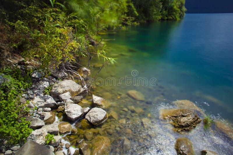 Castel Gandolfo et x28 ; Italy& x29 ; lac : composition en côte dans la longue exposition photos stock