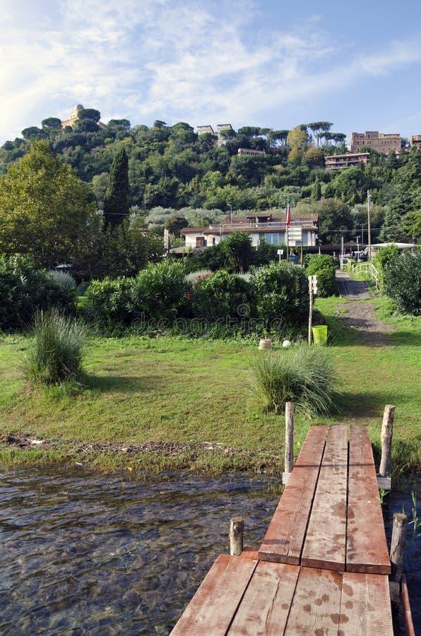 Castel Gandolfo par le lac Albano images libres de droits