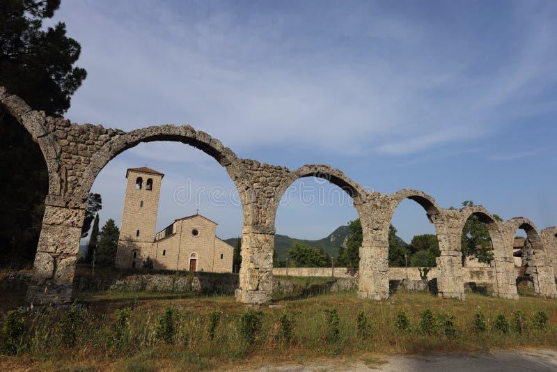 Castel San Vincenzo, Italien - 8 luglio 2019: Benediktinerabtei San Vincenzo in Molise im oberen Volturno stockbilder