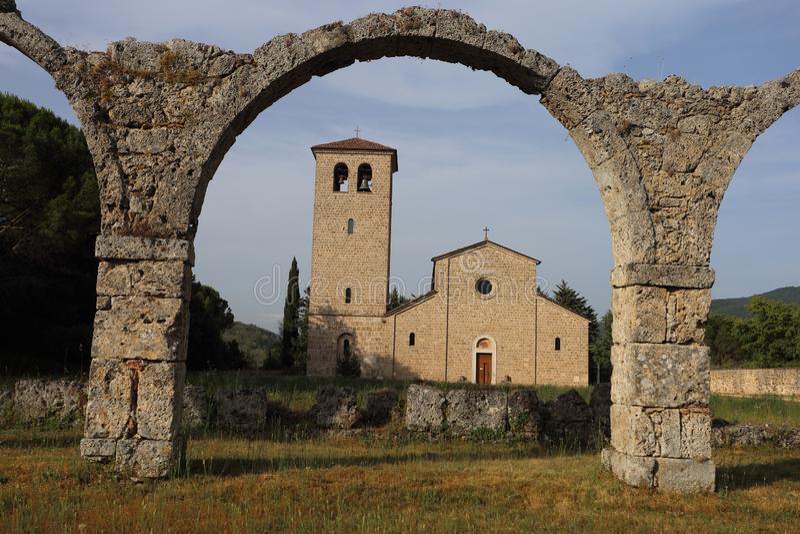 Castel San Vincenzo, Italien - 8 luglio 2019: Benediktinerabtei San Vincenzo in Molise im oberen Volturno lizenzfreies stockbild