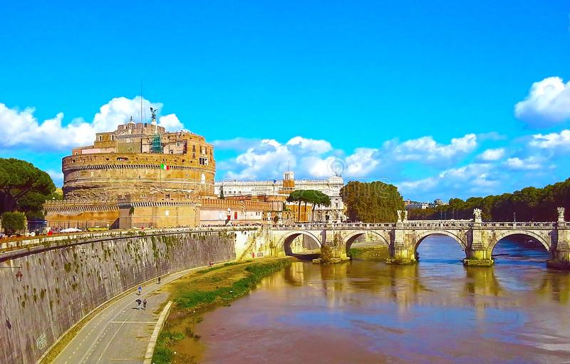 Castel Sant 'Angelo und Berninis Statue auf der Brücke, Rom, Italien Tiber-Fluss stockfoto