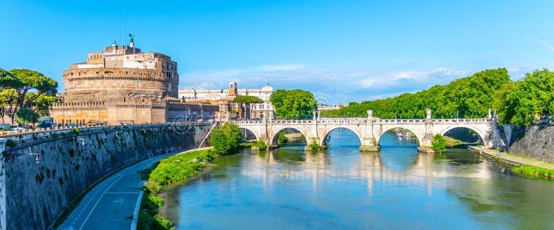 """Castel Sant """"Angelo et Ponte Sant """"Angelo - pont au-dessus de la rivière du Tibre, Rome, Italie photo libre de droits"""
