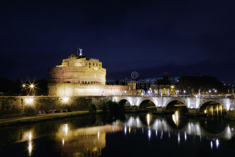 Castel Sant Angelo και γέφυρα Sant Angelo σε μια σκηνή νύχτας στοκ εικόνες με δικαίωμα ελεύθερης χρήσης