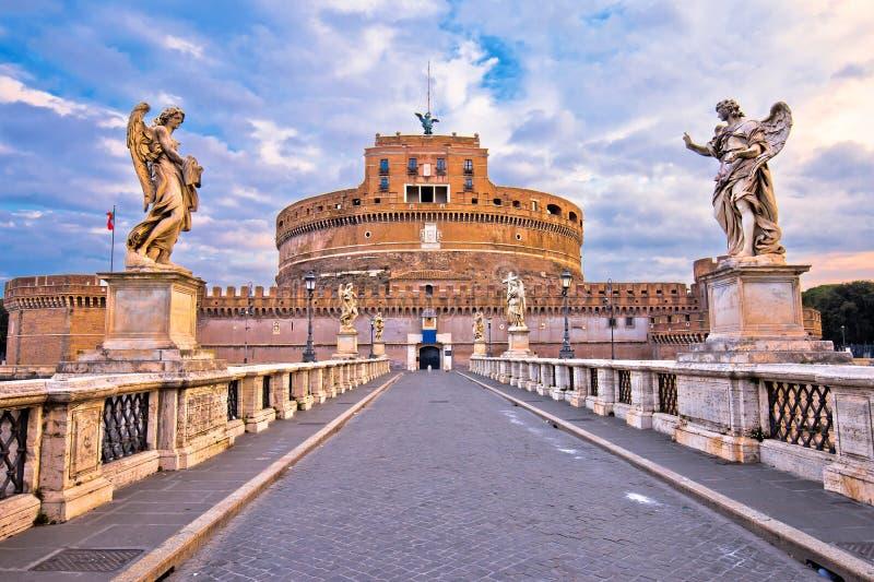 Castel Sant Angelo eller mausoleet av Hadrian och Tiber flodbro i Rome arkivfoton
