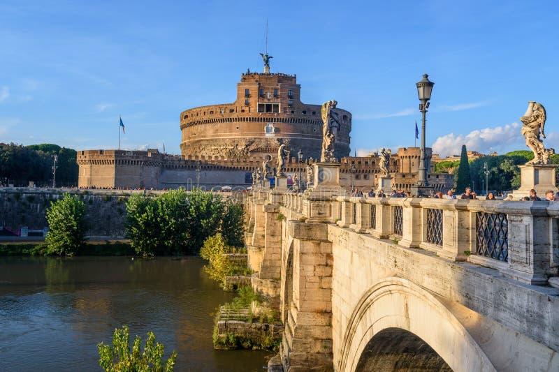 Castel Sant 'Angelo eller slott av den heliga ängeln och Ponte Sant 'Angelo eller Aelian bro i Rome italy royaltyfri bild