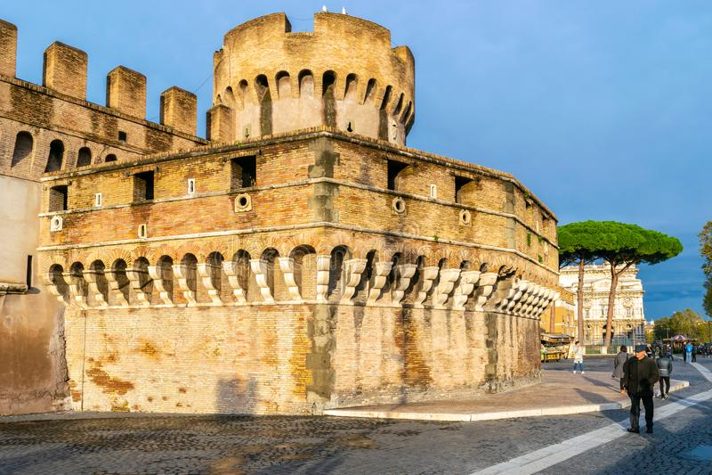 Castel Sant ?Angelo Mausoleum de Hadrian - castillo del ?ngel santo un edificio cil?ndrico elevado en Parco Adriano, Roma imagenes de archivo
