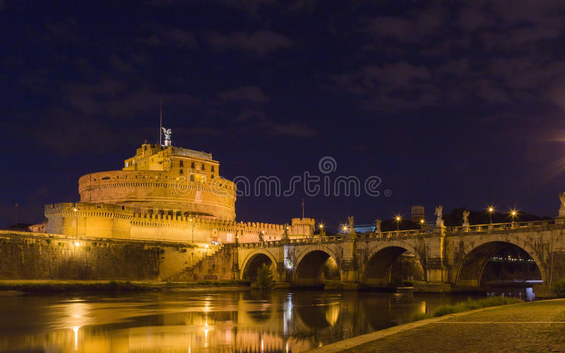 Castel Sant ' Angelo med bron på natten royaltyfria foton