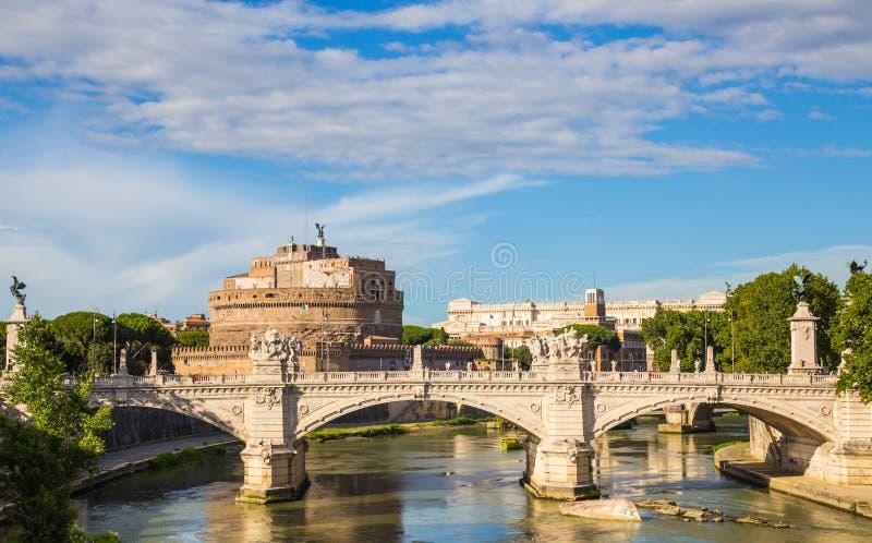 Castel Sant ' Angelo med bron vid dag och blå himmel fotografering för bildbyråer