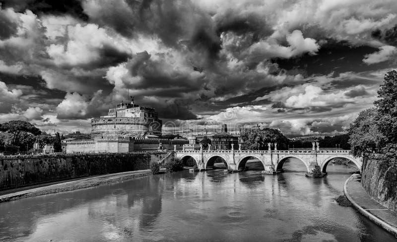Castel Sant ` Angelo med den monumentala bron arkivfoto