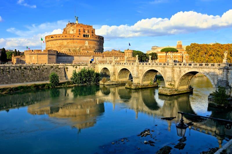 Castel Sant Angelo met bezinningen in de Tiber-Rivier, Rome, Italië stock afbeelding