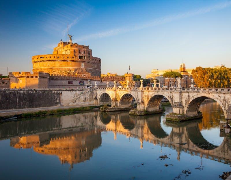 Castel Sant Angelo också som är bekant som Hadrian Mausoleum på solnedgången, Rome, Italien, Europa royaltyfri fotografi