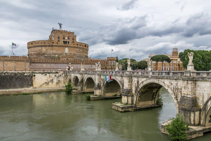 Castel Sant ` Angelo Saint Angel Castle och bro över den Tiber floden - Rome, Italien fotografering för bildbyråer
