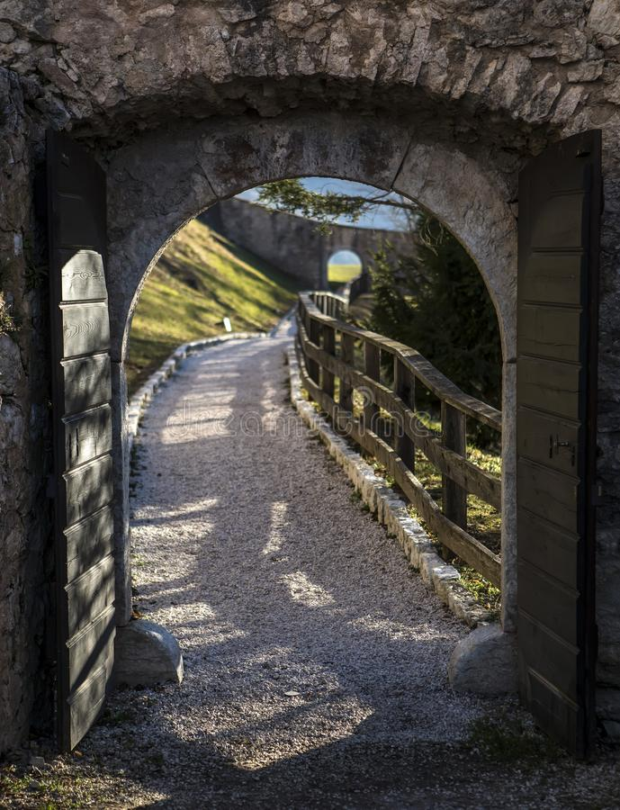 Castel Thun-August majestuoso: Un mejor complejo de construcción monumental preservado del origen medieval, el municipio de la to imagen de archivo libre de regalías