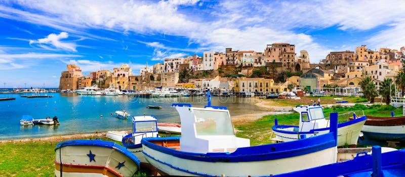 Castellammare del Golfo - красивый традиционный рыбацкий поселок стоковые изображения rf