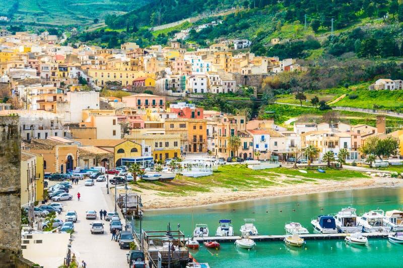 Castellammare del Golfo bypanoramautsikt, Trapani, Sicilien arkivfoton