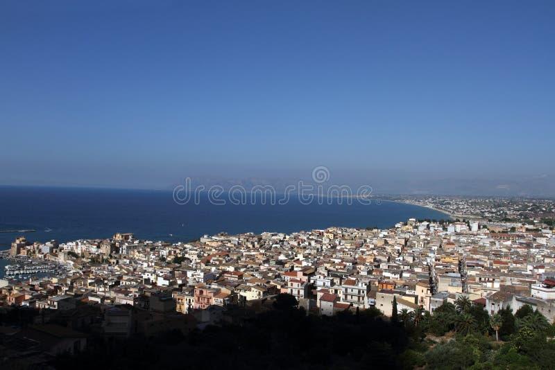 Castellammare del Golfo, Itália - 29 de junho de 2016: Panorâmica da cidade litoral de Castellammare del Golfo imagem de stock