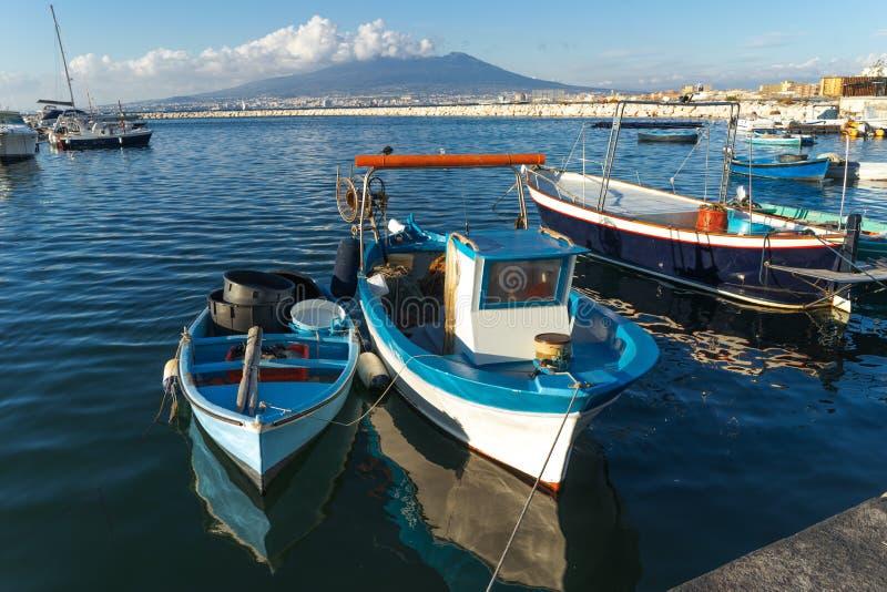 Castellammare di Stabia, Naples, Italie - bateaux de pêcheurs dans le port, sur le fond le Vésuve photos libres de droits
