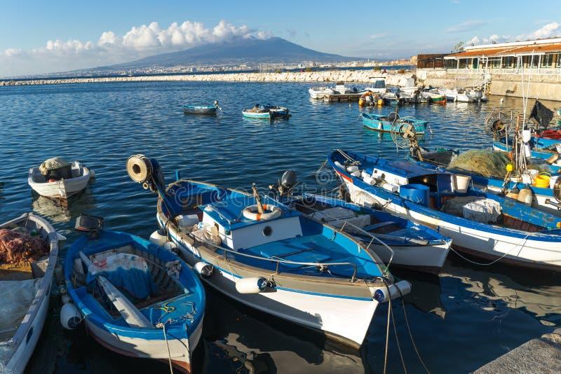 Castellammare di Stabia, Naples, Italie - bateaux de pêcheurs, mer bleue et volcan du Vésuve image libre de droits