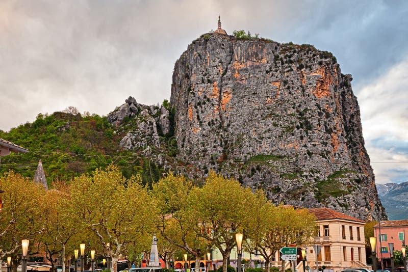 Castellane, Προβηγκία, Γαλλία: η πόλη στο πόδι ενός υψηλού ροκ στοκ εικόνα με δικαίωμα ελεύθερης χρήσης