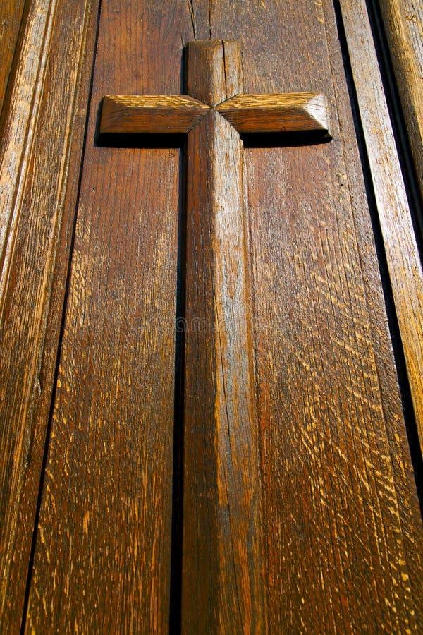 castellanzasuddighet lombardy ett kyrkligt stängt träkors arkivbild