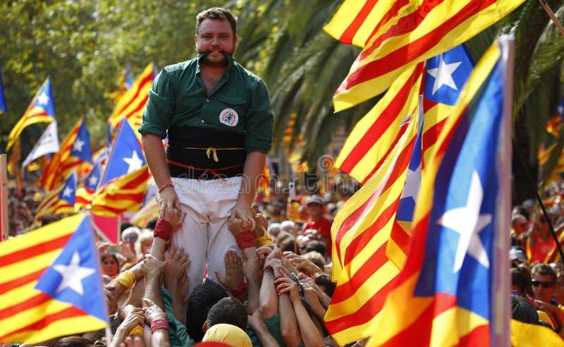 Castellers pendant la Catalogne Diada à Barcelone au loin image libre de droits