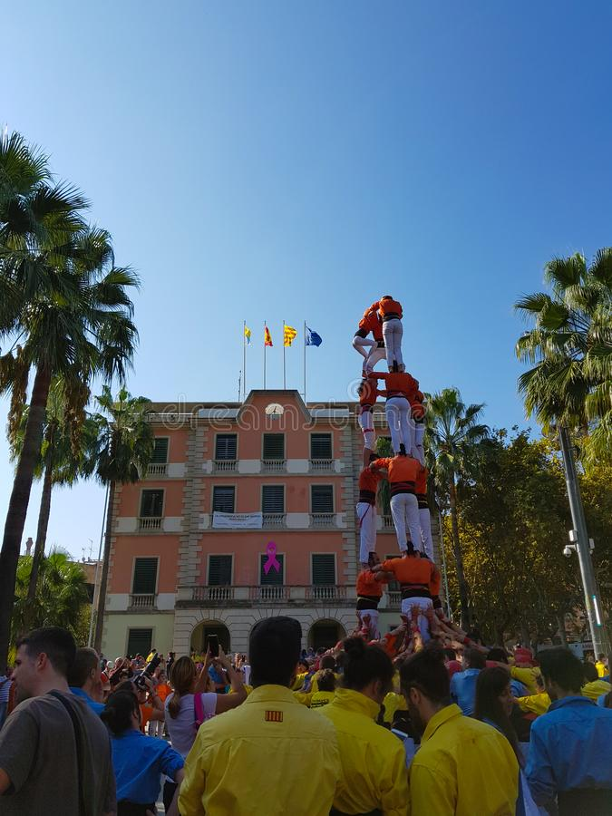 Castellers, torre humana en Castelldefels, España foto de archivo