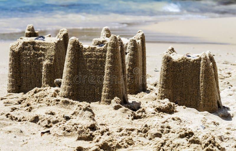 Castelli di sabbia sulla spiaggia, concetto di vacanza, tonificato fotografie stock libere da diritti