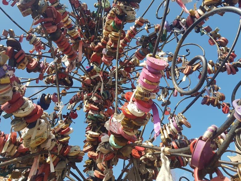 Castelli multicolori di nozze sul fondo del cielo blu, fondo, struttura immagini stock