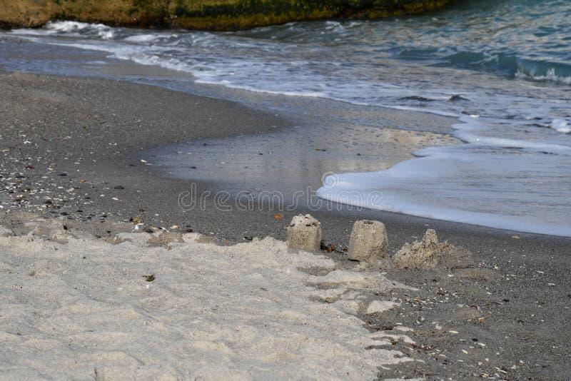 Castelli rovinati della sabbia sulla linea costiera della spiaggia della riva di Mar Nero immagini stock libere da diritti