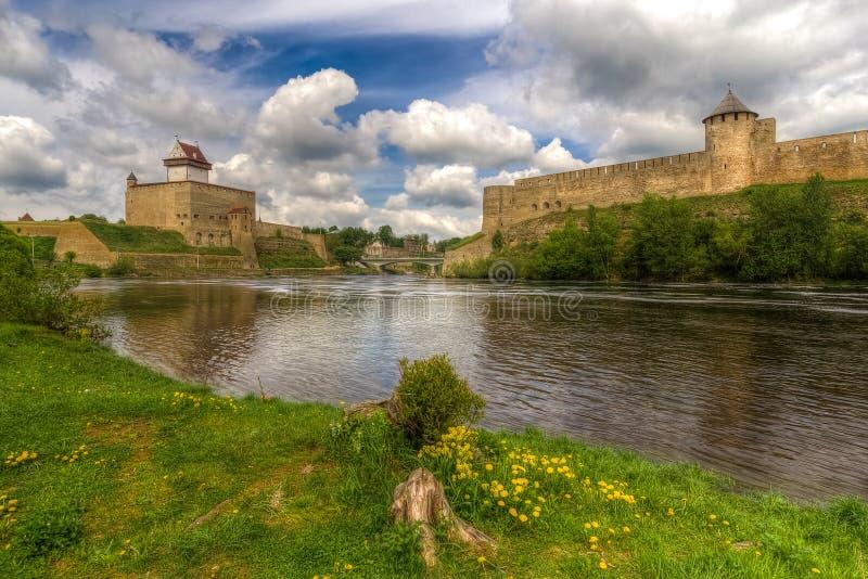 Castelli sulla riva del fiume fotografie stock