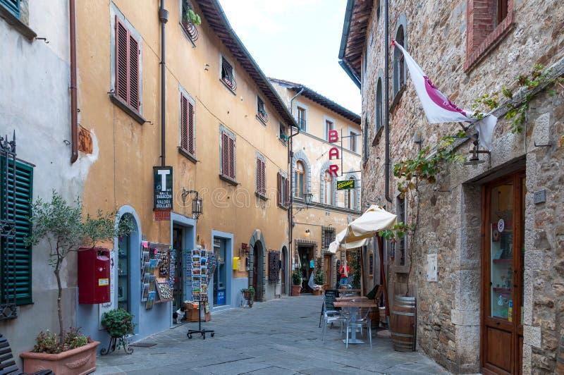 CASTELLINA I CHIANTI, ITALIEN - OKTOBER 10,2017: Gatasikt av Castellina i Chianti En liten typisk stad i Italien royaltyfria bilder