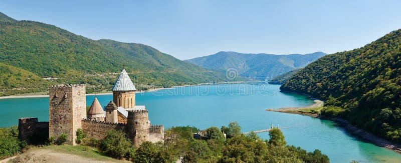 Castello antico della chiesa di Ananuri in Georgia fotografia stock